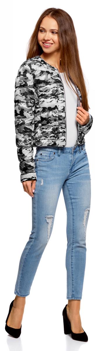 Куртка женская oodji Ultra, цвет: светло-серый, темно-серый. 10203050B/42257/2025O. Размер 42-170 (48-170)10203050B/42257/2025OУтепленная демисезонная куртка выполнена из полиэстера. Укороченная модель без воротника застегивается на аккуратную молнию. Куртка украшена горизонтальной стежкой и смотрится выразительно благодаря нежному принту из изящных, тонких линий. Дизайн лаконичный и стильный, с ярко выраженным характером. Модель создает легкое настроение. Она будет прекрасно сочетаться с вещами в романтическом стиле. Такую куртку хорошо дополнят джинсы или юбка, стильная обувь на устойчивом каблуке или без него, на удобной танкетке. Романтичный характер подчеркнет воздушный шарфик или платок.