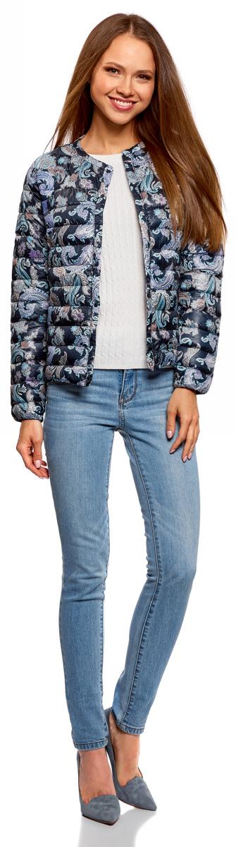 Куртка женская oodji Ultra, цвет: темно-синий, бирюзовый. 10204040-1B/42257/7973E. Размер 42-170 (48-170)10204040-1B/42257/7973EЖенская куртка oodji c длинными рукавами выполнена из прочного полиэстера. Модель застегивается на застежку-молнию и кнопку сверху.