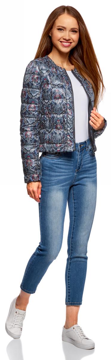 Куртка женская oodji Ultra, цвет: черный, красный, голубой. 10203050B/42257/2945E. Размер 42-170 (48-170)10203050B/42257/2945EУтепленная демисезонная куртка выполнена из полиэстера. Укороченная модель без воротника застегивается на аккуратную молнию. Куртка украшена горизонтальной стежкой и смотрится выразительно благодаря нежному принту из изящных, тонких линий. Дизайн лаконичный и стильный, с ярко выраженным характером. Модель создает легкое настроение. Она будет прекрасно сочетаться с вещами в романтическом стиле. Такую куртку хорошо дополнят джинсы или юбка, стильная обувь на устойчивом каблуке или без него, на удобной танкетке. Романтичный характер подчеркнет воздушный шарфик или платок.