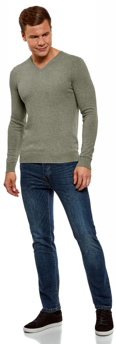 Пуловер мужской oodji Basic, цвет: бежевый меланж. 4B212004M-1/34390N/3300M. Размер S (46/48)4B212004M-1/34390N/3300MБазовый пуловер с V-образным вырезом. Облегающая модель прямого кроя из тонкой пряжи. V-образный вырез обработан узкой трикотажной резинкой. Широкая вязаная резинка использована для манжетов и оформления нижнего края пуловера. Тонкий трикотаж комфортен, долговечен, эффективно регулирует теплообмен и позволяет коже дышать. Такие замечательные свойства обеспечивает материалу хлопок с небольшой долей эластана. Пуловер отлично сидит на любой фигуре. Стильный базовый пуловер выручит вас во многих ситуациях. Он легко сочетается с любыми вещами. В официальной обстановке эта модель будет элегантно выглядеть с узкими классическими брюками и тонкой рубашкой с галстуком. Завершат образ туфли дерби или оксфорды. В неофициальном варианте тот же комплект станет подчеркнуто неформальным, если рубашку оставить навыпуск, а рукава закатать до локтя. Надев пуловер с футболкой и джинсами, вы создадите универсальный городской лук для дружеских встреч и отдыха на природе. В этом случае можно остановить свой выбор на мокасинах, кроссовках, топсайдерах. Тонкий базовый пуловер – стильная штучка в вашем гардеробе!