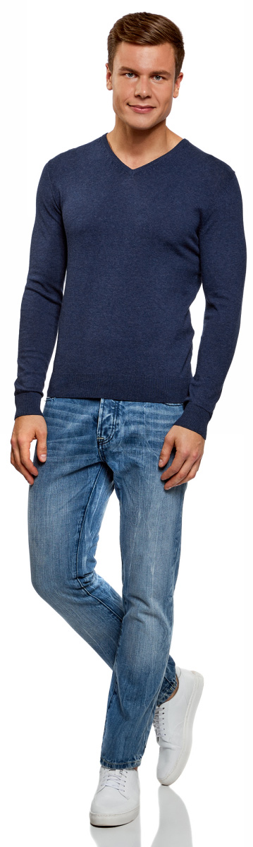 Пуловер мужской oodji Basic, цвет: голубой меланж. 4B212004M-1/34390N/7400M. Размер M (50)4B212004M-1/34390N/7400MБазовый пуловер с V-образным вырезом. Облегающая модель прямого кроя из тонкой пряжи. V-образный вырез обработан узкой трикотажной резинкой. Широкая вязаная резинка использована для манжетов и оформления нижнего края пуловера. Тонкий трикотаж комфортен, долговечен, эффективно регулирует теплообмен и позволяет коже дышать. Такие замечательные свойства обеспечивает материалу хлопок с небольшой долей эластана. Пуловер отлично сидит на любой фигуре. Стильный базовый пуловер выручит вас во многих ситуациях. Он легко сочетается с любыми вещами. В официальной обстановке эта модель будет элегантно выглядеть с узкими классическими брюками и тонкой рубашкой с галстуком. Завершат образ туфли дерби или оксфорды. В неофициальном варианте тот же комплект станет подчеркнуто неформальным, если рубашку оставить навыпуск, а рукава закатать до локтя. Надев пуловер с футболкой и джинсами, вы создадите универсальный городской лук для дружеских встреч и отдыха на природе. В этом случае можно остановить свой выбор на мокасинах, кроссовках, топсайдерах. Тонкий базовый пуловер – стильная штучка в вашем гардеробе!