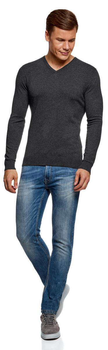 Пуловер мужской oodji Basic, цвет: темно-серый меланж. 4B212004M-1/34390N/2500M. Размер S (46/48)4B212004M-1/34390N/2500MБазовый пуловер с V-образным вырезом. Облегающая модель прямого кроя из тонкой пряжи. V-образный вырез обработан узкой трикотажной резинкой. Широкая вязаная резинка использована для манжетов и оформления нижнего края пуловера. Тонкий трикотаж комфортен, долговечен, эффективно регулирует теплообмен и позволяет коже дышать. Такие замечательные свойства обеспечивает материалу хлопок с небольшой долей эластана. Пуловер отлично сидит на любой фигуре. Стильный базовый пуловер выручит вас во многих ситуациях. Он легко сочетается с любыми вещами. В официальной обстановке эта модель будет элегантно выглядеть с узкими классическими брюками и тонкой рубашкой с галстуком. Завершат образ туфли дерби или оксфорды. В неофициальном варианте тот же комплект станет подчеркнуто неформальным, если рубашку оставить навыпуск, а рукава закатать до локтя. Надев пуловер с футболкой и джинсами, вы создадите универсальный городской лук для дружеских встреч и отдыха на природе. В этом случае можно остановить свой выбор на мокасинах, кроссовках, топсайдерах. Тонкий базовый пуловер – стильная штучка в вашем гардеробе!