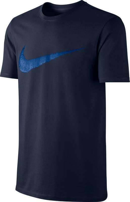 Футболка мужская Nike Swoosh T-Shirt, цвет: темно-синий. 707456-475. Размер S (44/46)707456-475Мужская футболка Nike Nike Swoosh T-Shirt выполнена из натурального хлопка. Ткань обеспечивает вентиляцию и комфорт. Модель с круглым вырезом горловины и короткими рукавами оформлена логотипом.
