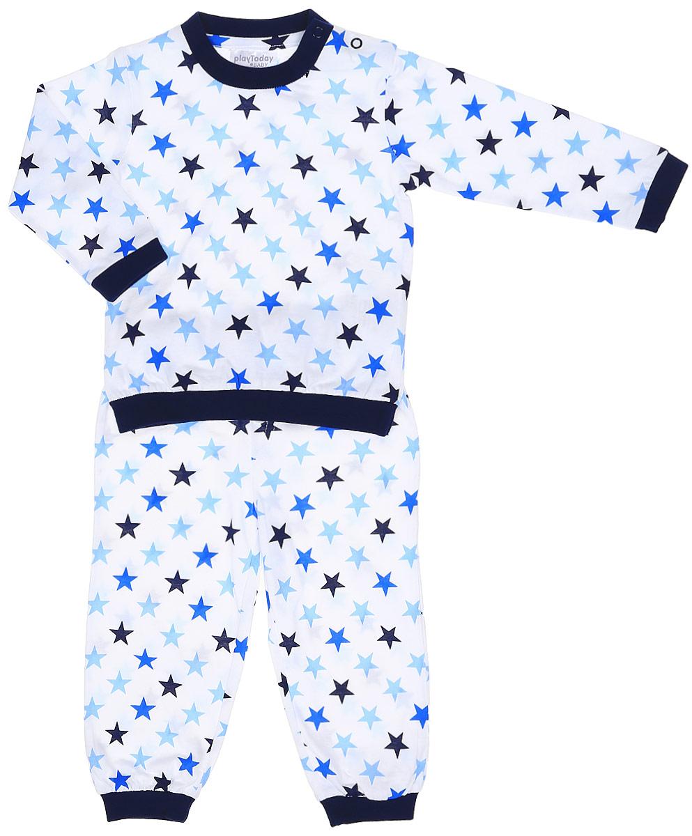 Пижама для мальчика PlayToday Baby, цвет: белый, темно-синий, голубой. 177031. Размер 74177031Уютная пижама PlayToday Baby изготовлена из качественного эластичного хлопка и оформлена принтом со звездами. Мягкий, приятный к телу материал не раздражает кожу ребенка, а свободный крой не сковывает движений. Круглый вырез горловины, манжеты рукавов и низ кофты дополнены мягкими трикотажными резинками. Для удобства снимания и одевания на плече расположены две застежки-кнопки. Брюки прямого кроя имеют мягкую широкую резинку на талии и по низу брючин.