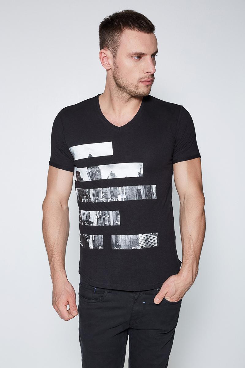 Футболка мужская Sonny Bono, цвет: черный. 60100110003. Размер S (46)60100110003Футболка Sonny Bono выполнена из эластичного трикотажа с контрастным принтом спереди. Модель зауженного кроя с V-образным вырезом горловины и короткими рукавами. Стильная футболка приятна к телу и комфортна в носке.