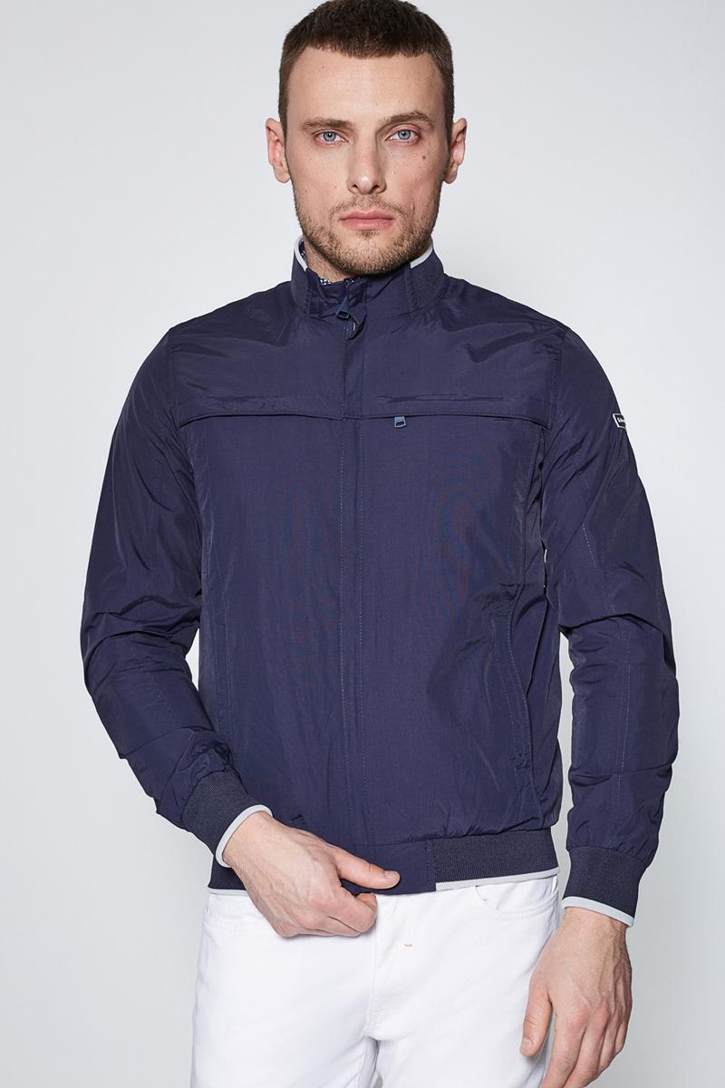 Куртка муж Sonny Bono цвет: темно-синий. 60100130006. Размер M (48)60100130006Легкая куртка облегающего кроя, выполненная из нейлоновой ткани таслан с подкладкой из сетки. На куртке застежка-молния спереди, трикотажный воротник-стойка, эластичные трикотажные манжеты и пояс. Прорезные карманы по бокам, один нагрудный карман под клапаном на застежке-молнии и один внутренний карман.