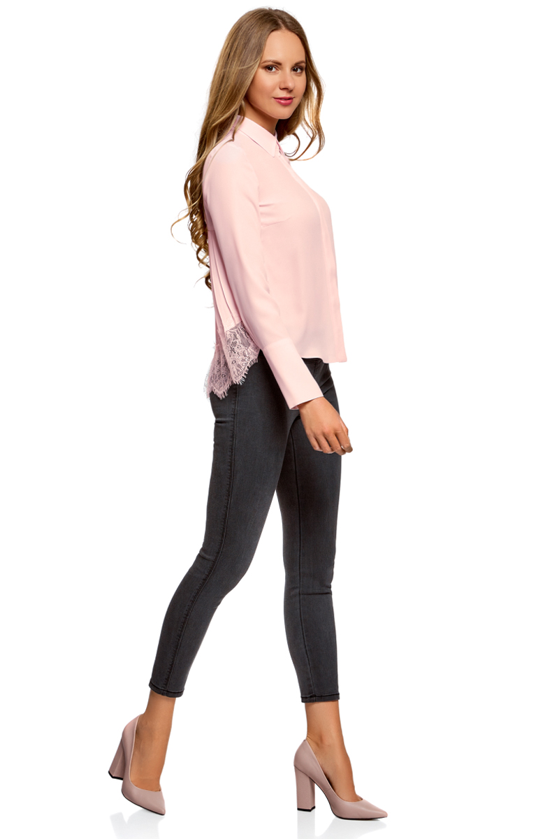Блузка женская oodji Collection, цвет: светло-розовый. 21400401/45287/4000N. Размер 42-170 (48-170)21400401/45287/4000NБлузка свободного кроя с классическим рубашечным воротником, декорированная кружевом и плиссировкой на спинке. Рукава с высокими манжетами и пуговицами. Низ блузки украшен кружевом. Застежка на пуговицы закрыта планкой, под воротником контрастная пуговица. Удлиненная спинка с плиссировкой от середины создает свободный и летящий силуэт. Низ спинки отделан широким кружевом, а высокие манжеты на четырех пуговицах добавляют изысканности. Тонкая струящаяся ткань красиво драпируется. Блузка прекрасно сидит на любой фигуре. Нарядная женственная блузка займет достойное место в вашем гардеробе. В ней можно пойти в гости к друзьям или на прием, на торжественное мероприятие или свидание. К этой свободной блузке идеально подойдет узкий низ – брюки-дудочки, джинсы скинни, легинсы, юбка-карандаш или мини. Идеально дополнят образ высокий каблук и эффектный клатч. В блузке с кружевом вы будете выглядеть невероятно романтично и оригинально. Эта вещь – просто находка для тех, кто обожает создавать элегантные и женственные образы.