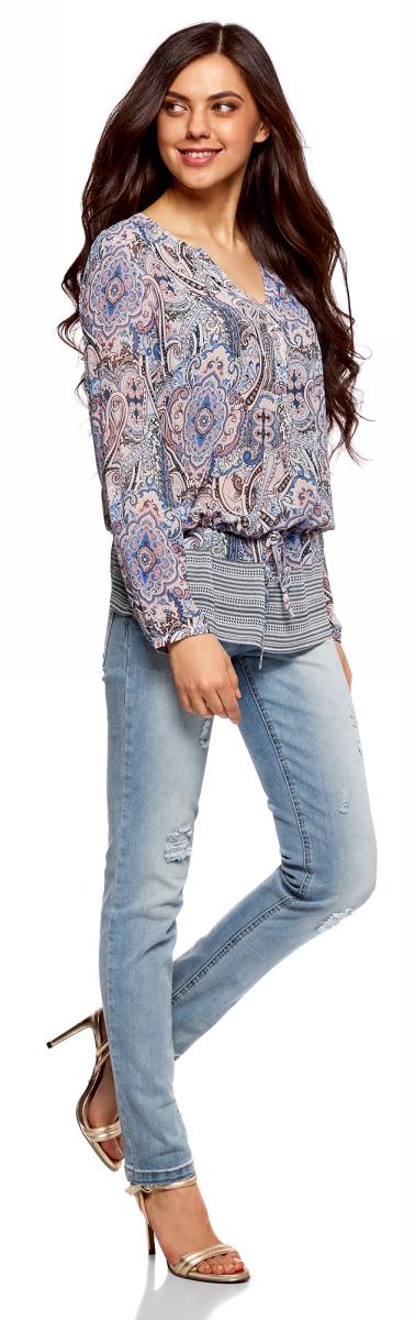Блузка женская oodji Collection, цвет: карамель, синий. 21401246-2/17358/4B75E. Размер 38-170 (44-170)21401246-2/17358/4B75EНежная блузка из принтованного шифона. V-образный вырез с застежкой на пуговицы смотрится сдержанно и элегантно. Блузка свободного кроя, удлиненная, собрана чуть ниже талии на кулиску: небольшой поясок обеспечивает идеальную посадку по фигуре и стройнит. Романтичная струящаяся блузка свободного кроя прекрасно подойдет для ежедневного гардероба. В ней можно пойти на работу, свидание или отправиться в путешествие. Блузка особенно хорошо сочетается с облегающими джинсами скинни и легинсами. Из обуви вы можете подобрать босоножки, балетки, туфли или сабо на высоком каблуке. Универсальная блузка позволяет создавать разные образы на все случаи жизни. Прекрасное пополнение вашего гардероба!