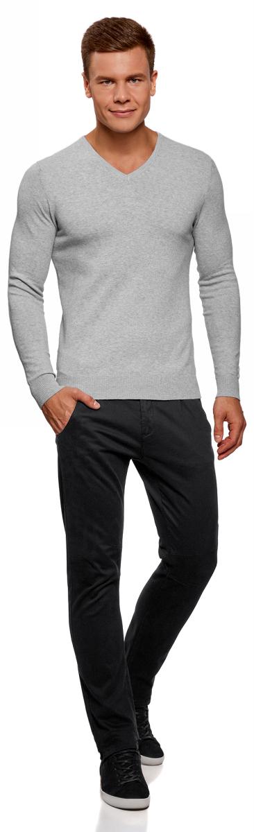 Пуловер мужской oodji Basic, цвет: серый меланж. 4B212004M-1/34390N/2300M. Размер XL (56)4B212004M-1/34390N/2300MБазовый пуловер с V-образным вырезом. Облегающая модель прямого кроя из тонкой пряжи. V-образный вырез обработан узкой трикотажной резинкой. Широкая вязаная резинка использована для манжетов и оформления нижнего края пуловера. Тонкий трикотаж комфортен, долговечен, эффективно регулирует теплообмен и позволяет коже дышать. Такие замечательные свойства обеспечивает материалу хлопок с небольшой долей эластана. Пуловер отлично сидит на любой фигуре. Стильный базовый пуловер выручит вас во многих ситуациях. Он легко сочетается с любыми вещами. В официальной обстановке эта модель будет элегантно выглядеть с узкими классическими брюками и тонкой рубашкой с галстуком. Завершат образ туфли дерби или оксфорды. В неофициальном варианте тот же комплект станет подчеркнуто неформальным, если рубашку оставить навыпуск, а рукава закатать до локтя. Надев пуловер с футболкой и джинсами, вы создадите универсальный городской лук для дружеских встреч и отдыха на природе. В этом случае можно остановить свой выбор на мокасинах, кроссовках, топсайдерах. Тонкий базовый пуловер – стильная штучка в вашем гардеробе!
