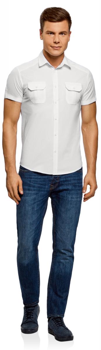 Рубашка мужская oodji Lab, цвет: белый, темно-синий. 3L410103M/46563N/1000N. Размер XXL-182 (58/60-182)3L410103M/46563N/1000NПолуприталенная рубашка с коротким рукавом и оригинальным принтом. Застежка на планке. Модель комфортно сидит благодаря вытачкам на спинке, и кокетке в форме погона. Короткие рукава с отворотами фиксируются хлястиками с пуговицей. Нагрудные карманы со скошенными уголками сшиты со встречной складкой и клапанами. Оригинальный контрастный принт в виде надписи на спинке придает рубашке особый колорит. Экологичная хлопковая ткань приятна в ношении и отлично пропускает воздух. Рубашка спортивного типа с коротким рукавом хорошо смотрится на любой фигуре. Для офиса ее можно сочетать с неклассическими брюками из вельвета или плотного хлопка. К такому комплекту подойдут лоферы или монки. Сумка-мессенджер завершит нестрогий официальный образ. На встречи с друзьями и прогулки по городу рубашку можно надеть навыпуск с джинсами и слипонами. Рубашка с коротким рукавом – легкий выбор на каждый день!
