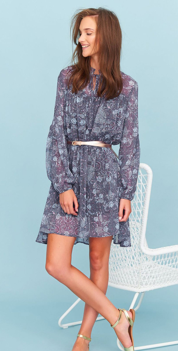 Платье Top Secret, цвет: голубой, сиреневый. SSU1921CE. Размер 42 (50)SSU1921CEСтильное платье Top Secret выполнено из легкого полиэстера. Модель приталенного кроя с длинными рукавами. На груди изделие имеет завязки. Линию талии подчеркивает вшитая резинка. Подол имеет ассиметричную длину. Такое платье позволит вам создать легкий романтичный образ.