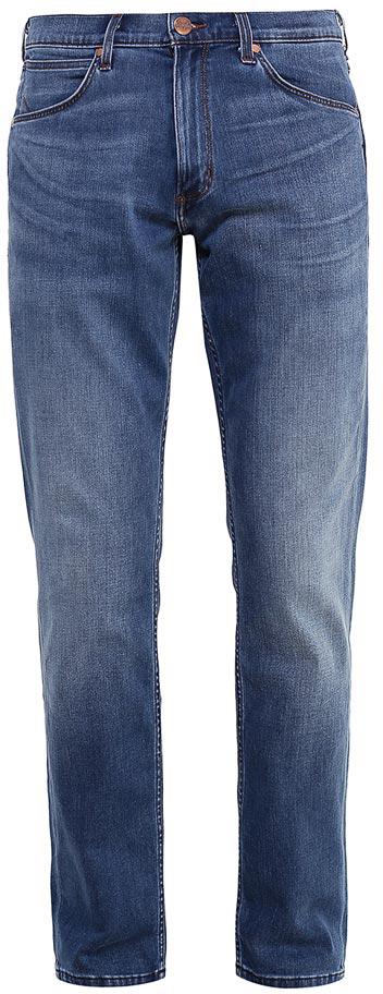 Джинсы мужские Wrangler Greensboro, цвет: синий. W15QMU91Q. Размер 34-32 (50-32)W15QMU91QСтильные мужские джинсы Wrangler Greensboro - джинсы высочайшего качества на каждый день, которые прекрасно сидят.Модель прямого кроя и средней посадки изготовлена из высококачественного хлопка с добавлением полиэстера, лиоцелла и эластана. Джинсы спереди застегиваются на металлическую пуговицу и имеют ширинку на застежке-молнии. На поясе предусмотрены шлевки для ремня. Спереди модель дополнена двумя втачными карманами и одним небольшим секретным кармашком, а сзади - двумя накладными карманами. Джинсы оформлены градиентным высветлением и декоративной прострочкой. Металлические заклепки и стильная фирменная нашивка на одном из задних карманов завершают композицию.
