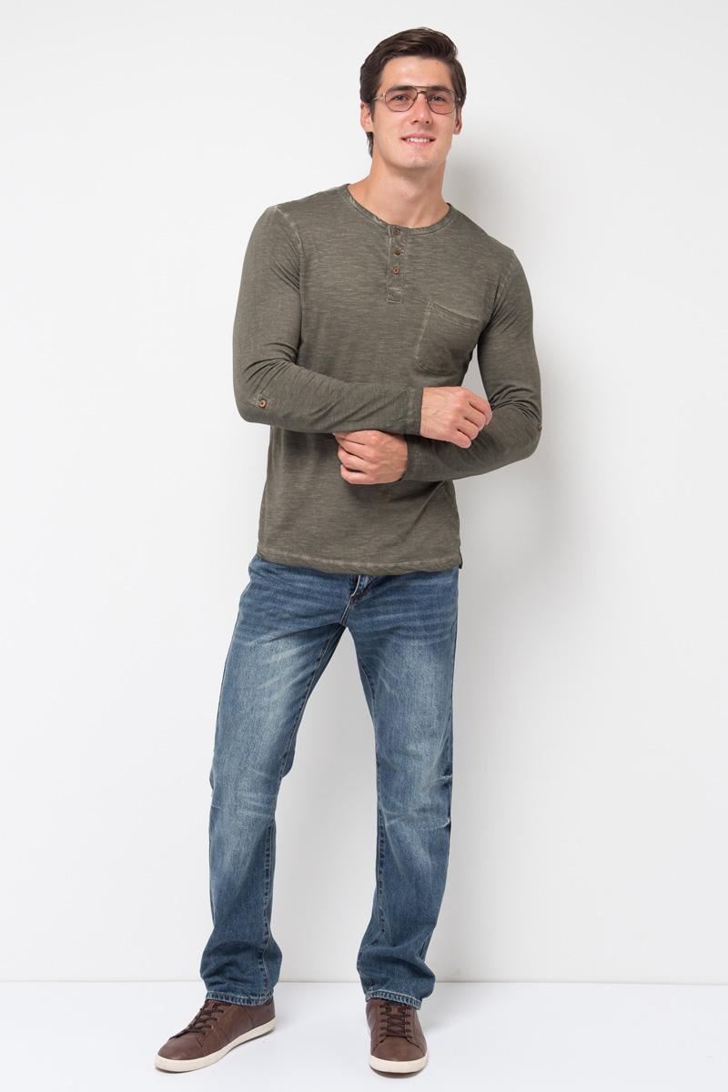 Джемпер мужской Sela, цвет: серый хаки. T-211/073-7351. Размер XXL (54)T-211/073-7351Стильный мужской джемпер Sela изготовлен из 100% хлопка. Модель полуприлегающего силуэта имеет круглый вырез горловины с планкой на пуговицах и длинные рукава, которые можно подогнуть. На груди расположен накладной кармашек. Джемпер выполнен в однотонном дизайне.