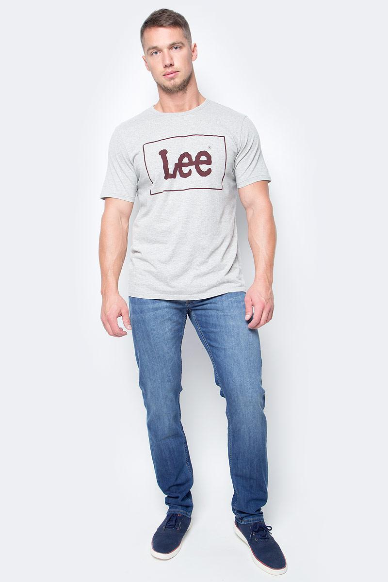 Джинсы мужские Lee Daren Zip Fly, цвет: светло-синий. L707ACDK. Размер 32-32 (48-32)L707ACDKМужские джинсы Lee Daren Zip Fly выполнены из высококачественного хлопка с добавлением эластомультиэстера. Прямые джинсы стандартной посадки застегиваются на пуговицу в поясе и ширинку на застежке-молнии, дополнены шлевками для ремня. Джинсы имеют классический пятикарманный крой: спереди модель дополнена двумя втачными карманами и одним маленьким накладным кармашком, а сзади - двумя накладными карманами. Джинсы украшены декоративными потертостями.
