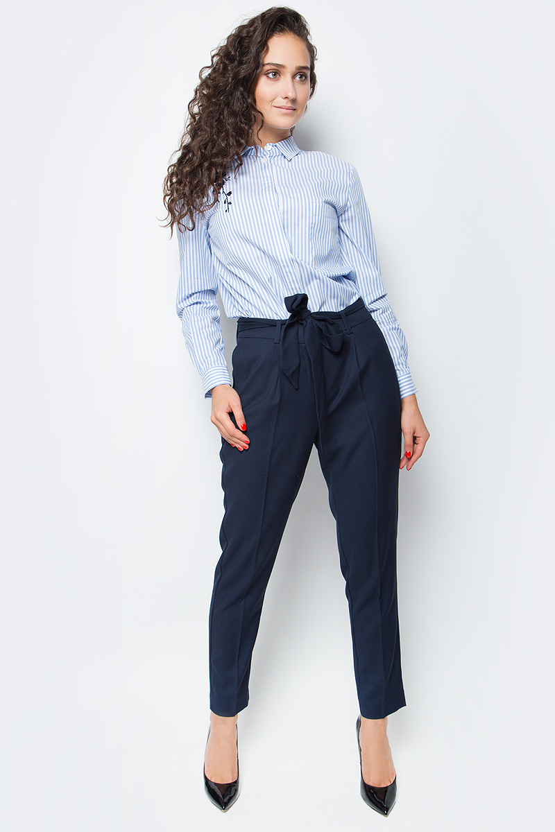 Блузка женская Baon, цвет: голубой. B177513_Deep Angel Blue Striped. Размер S (44)B177513_Deep Angel Blue StripedСтильная блузка от Baon с вышивкой добавит женственности и оригинальности вашему деловому гардеробу. Модель выполнена из высококачественного хлопкового полотна с принтом в полоску. Изделие имеет прямой крой, разрезы по бокам и потайную застежку на пуговицы. На груди расположен накладной карман.