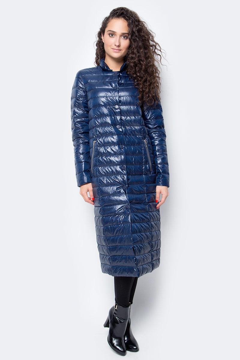 Пуховик женский Baon, цвет: синий. B017507_Dark Navy. Размер M (46)B017507_Dark NavyЛегкий длинный пуховик от Baon станет палочкой-выручалочкой вашего гардероба. Носите его осенью в качестве верхней одежды, а зимой надевайте под пальто для дополнительной теплоты. Пуховик отличается легкостью и компактностью, поэтому вы всегда сможете взять его с собой в поездку или на прогулку - в багаже или сумочке он займет мало места. Изделие имеет прямой крой и застежку на кнопки. По бокам расположены карманы с молниями.