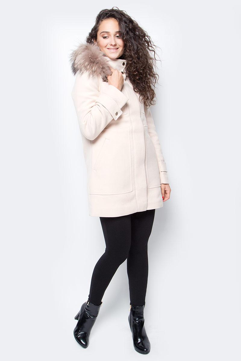 Пальто женское Baon, цвет: бежевый. B067506_Oyster. Размер XS (42)B067506_OysterЭлегантное пальто от Baon, украшенное мехом чернобурки, поможет вам проявить свой безупречный вкус в выборе верхней одежды. Модель имеет слегка приталенный силуэт и завышенную линию талии, которые подадут фигуру в выгодном свете. Изделие дополнено стеганой подкладкой. Пальто застегивается на молнию и имеет ветрозащитный клапан на кнопках. По бокам расположено два кармана. При необходимости можно отстегнуть как капюшон, так и меховую опушку.