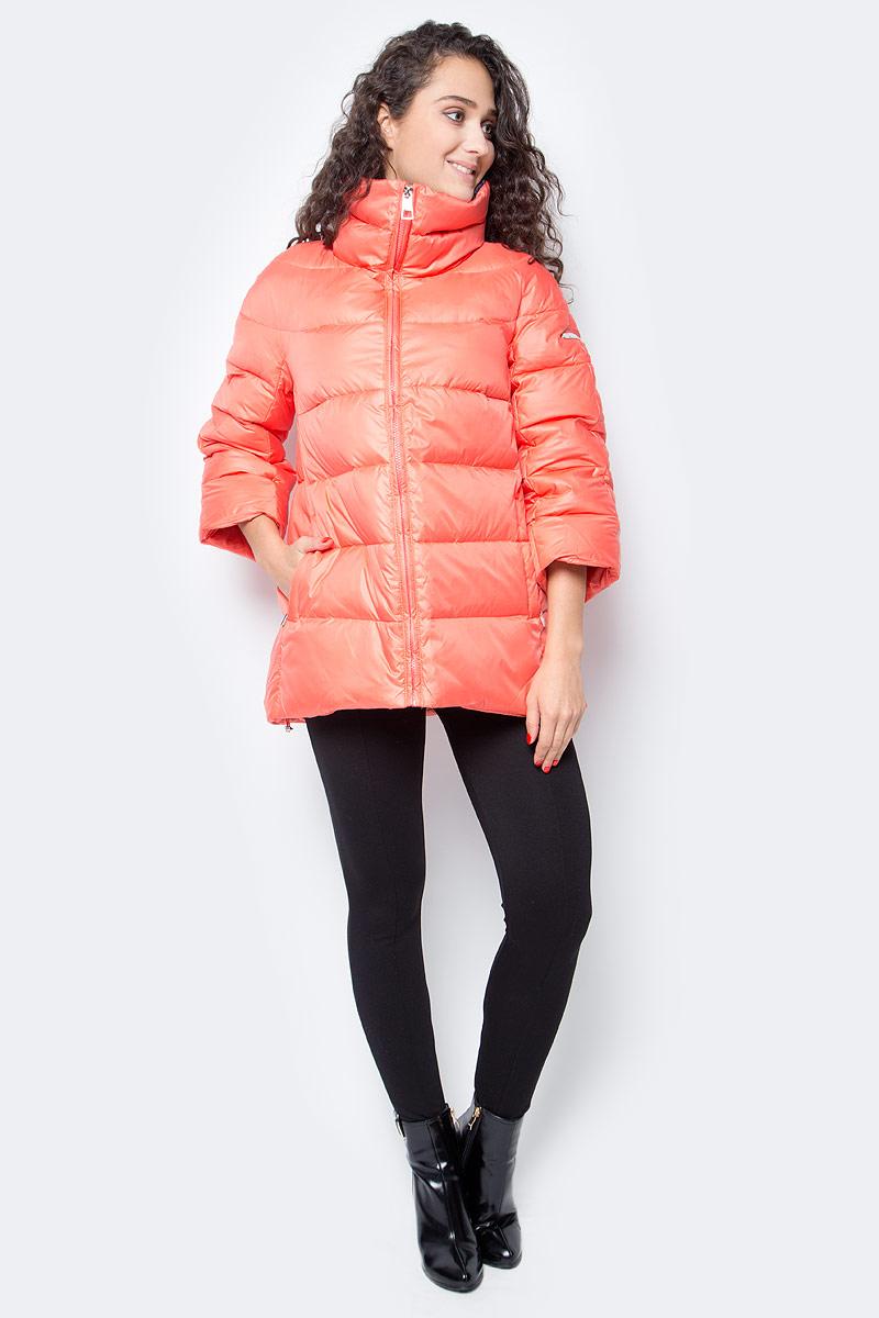 Пуховик женский Baon, цвет: оранжевый. B007504_Cold Orange. Размер M (46)B007504_Cold OrangeЖенский пуховик от Baon выполнен из ветрозащитного курточного материала. Изделие имеет слегка расклешенный крой, цельные рукава длиной 3/4 и заниженную линию спинки. Воротник-труба защищает от холода и ветра. Модель застегивается на молнию, по бокам расположены карманы с застежками-молниями. Объем нижней части изделия регулируется при помощи кулиски с утяжкой. Подкладка этого пуховика украшена цветочным узором, который будет поднимать вам настроение в морозную погоду.