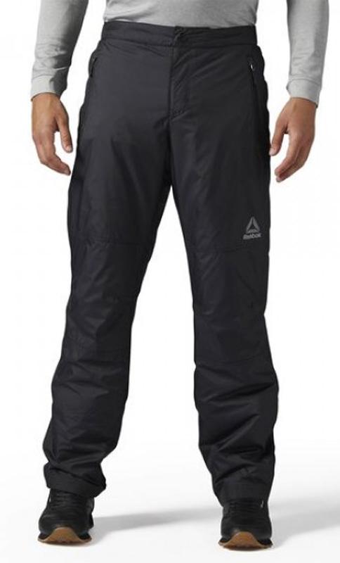 Брюки спортивные муж Reebok OD FLC LND PNT, цвет: черный. S96412. Размер XL (56/58)S96412В этих удобных брюках с мягкой флисовой подкладкой ты обязательно обрадуешься первому снегу. Прочный влагостойкий материал защитит от снега и дождяЭластичный сзади пояс подарит комфорт и оптимальную посадку по фигуреОблегающий крой – брюки повторяют контуры тела для комфорта и полной свободы движенийИдеально для повседневной носки и активного зимнего отдыхаВлагоотталкивающая обработка для сухости в мокрую погодуПодкладка из мягкого флисаЗастежка на крючок; эластичный поясЭргономичный дизайн гарантирует полную свободу движенийМатериал: 100% переработанный полиэстер, гладкая и прочная ткань «рипстоп»; использование переработанного полиэстера сохраняет природные ресурсы и уменьшает выбросы в атмосферу