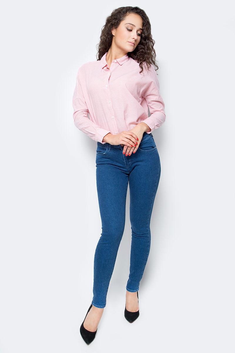 Джинсы женские Wrangler, цвет: синий. W28K6196K. Размер 29-34 (44/46-34)W28K6196KЖенские джинсы Wrangler станут отличным дополнением к вашему гардеробу. Джинсы выполнены из эластичного хлопка. Изделие мягкое и приятное на ощупь, не сковывает движения и позволяет коже дышать.Модель зауженного кроя на поясе застегивается на металлическую пуговицу и ширинку на металлической застежке-молнии, а также предусмотрены шлевки для ремня. Модель имеет классический пятикарманный крой: спереди расположены два втачных кармана и один маленький кармашек, а сзади - два накладных кармана.Современный дизайн, отличное качество и расцветка делают эти джинсы модным, стильным и практичным предметом мужской одежды. Такая модель подарит вам комфорт в течение всего дня.