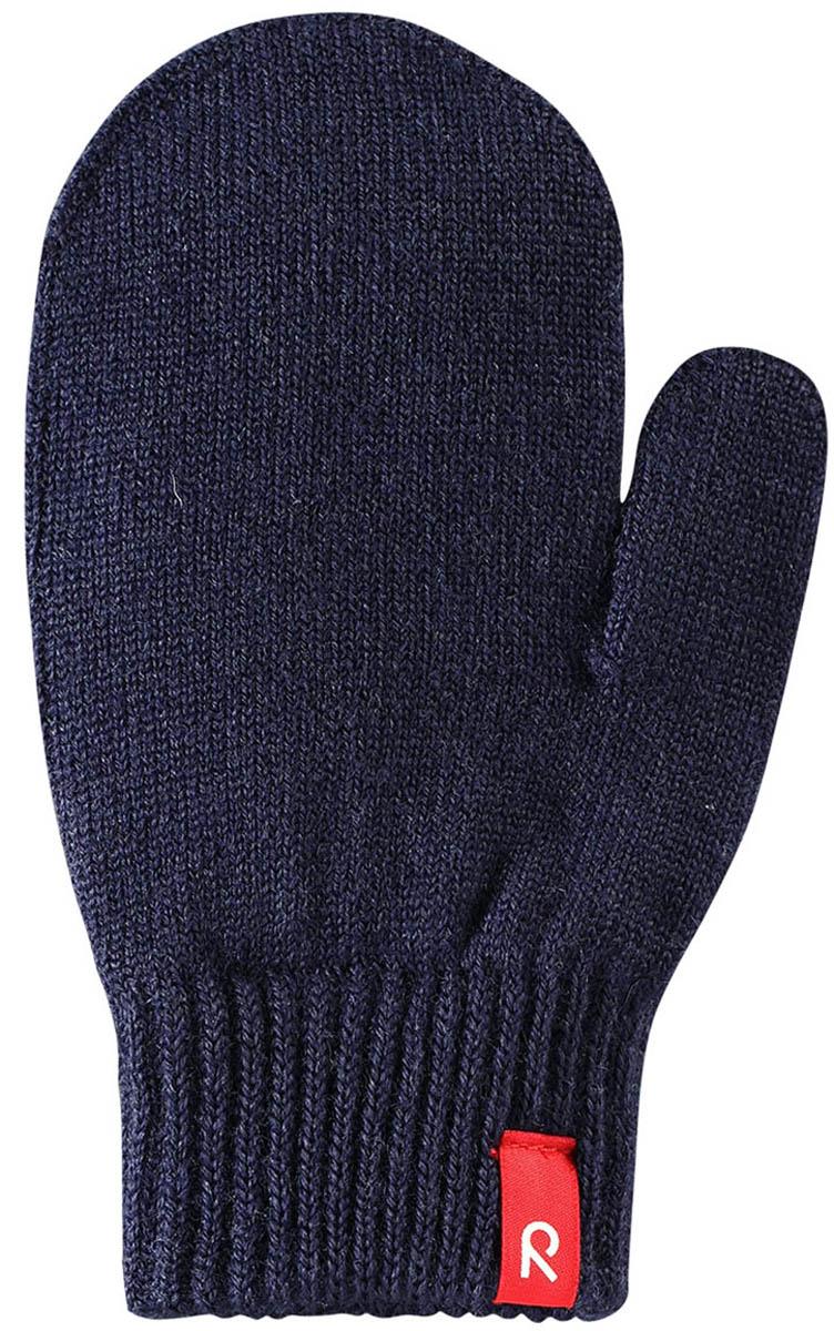 Варежки детские Reima Stig, цвет: темно-синий. 527273698A. Размер 1527273698AВарежки Reima Stig выполнены из упругой шерстяной смесовой пряжи, которая дарит тепло и ощущение комфорта ранней осенью. Манжеты связаны резинкой и оформлены текстильным ярлычком с названием бренда. Варежки идеально подходят для носки под водонепроницаемыми рукавицами.