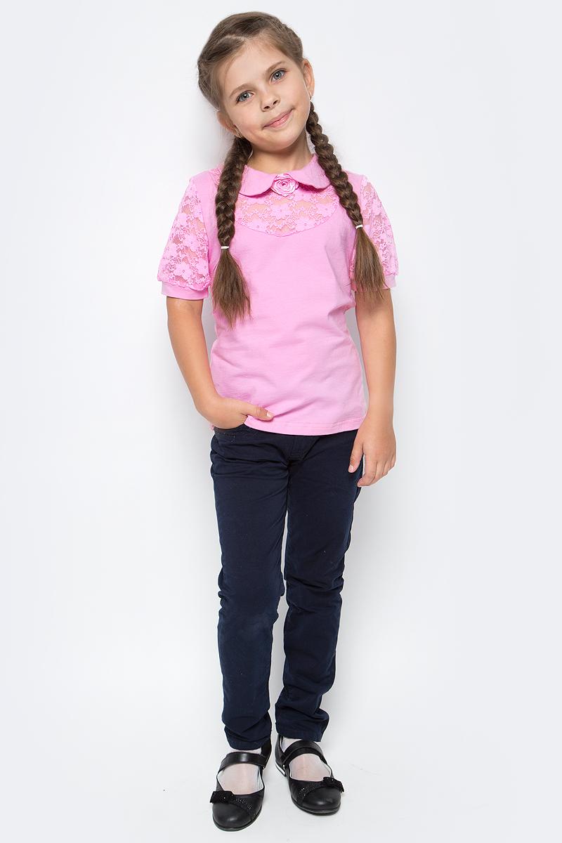 Блузка для девочки Nota Bene, цвет: розовый. CJR270441A05. Размер 128CJR270441A05Блузка для девочки Nota Bene выполнена из вискозы с добавлением эластана. Модель с отложным воротником и короткими рукавами застегивается сзади на пуговицу. Блузка оформлена кружевными вставками. Спереди изделие украшено декоративным цветком.