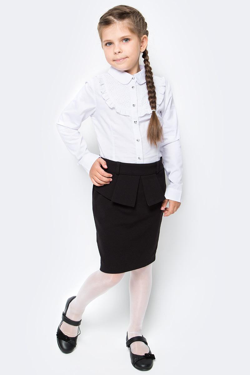 Блузка для девочки Luminoso, цвет: белый. 728249. Размер 134728249Классическая детская блузка Luminoso выполнена из хлопка и полиэстера с добавлением эластана. Модель застегивается на пуговицы, имеет длинные рукава с манжетами на пуговицах и отложной воротник, дополненный брошкой. Грудка декорирована рюшами и кружевом.