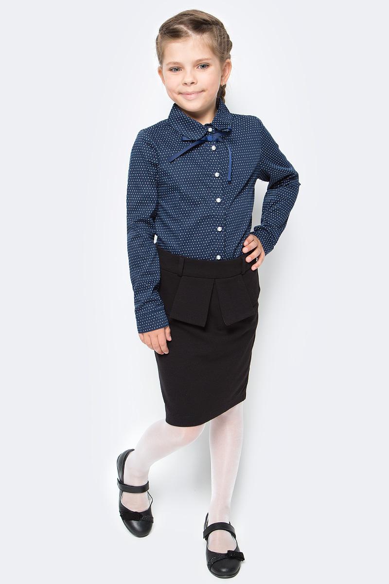 Блузка для девочки Luminoso, цвет: темно-синий, белый. 728254. Размер 140728254Классическая детская блузка Luminoso выполнена из хлопка и полиэстера с добавлением эластана. Модель застегивается на пуговицы в виде жемчужин, имеет длинные рукава с манжетами на пуговицах и отложной воротник, украшенный бантом. Блузка дополнена принтом в мелкий горошек.