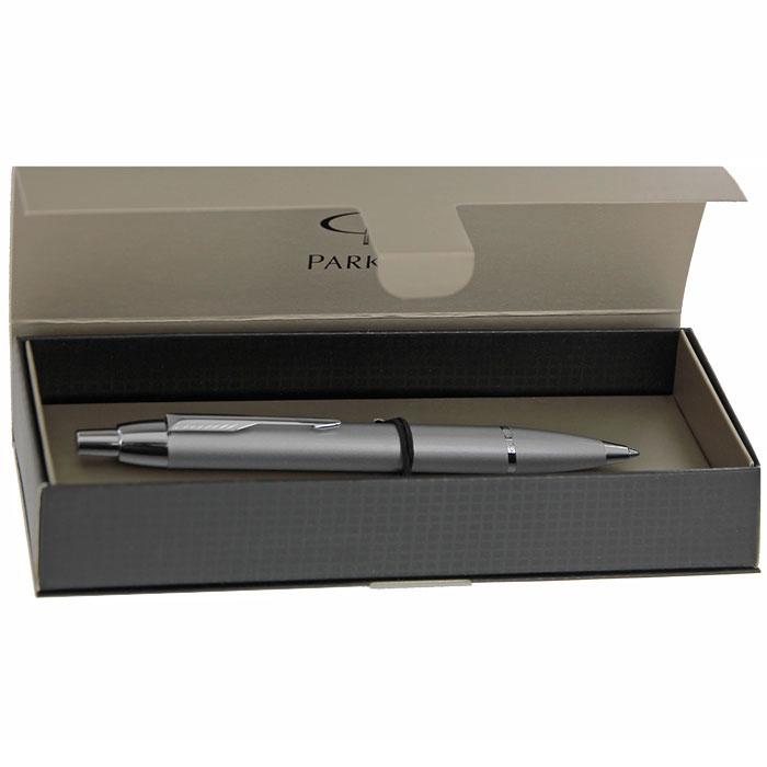 Шариковая ручка Parker IM Silver Chrome CT - это гарант вашего неповторимого стиля и элегантности. Корпус ручки выполнен из металла стального цвета с хромированными деталями и оформлен гравировкой Parker. Ручка поставляется в фирменном футляре с надписью Parker. Шариковая ручка Parker IM Silver Chrome CT - это не просто пишущий инструмент, это - часть имиджа, наглядно демонстрирующая статус, характер и образ жизни ее владельца.  Марка Parker гарантирует полную уверенность в превосходном качестве товара. Ручка  Parker будет не только долго служить, но и неизменно радовать удобством и легкостью письма, надежностью в эксплуатации и прекрасным эстетическим исполнением. Удивительное разнообразие моделей, а также великолепие и надежность отделки поверхностей позволяют удовлетворить даже самые взыскательные вкусы, обеспечивая при этом безукоризненность исполнения самых разных задач в процессе письма и соответствие различным стилям письма.                       Характеристики:   Длина ручки: 13,5 см. Цвет чернил: синий. Материал корпуса: металл. Размер футляра: 18 см x 5,5 см x 4 см. Размер упаковки: 18 см x 5,5 см x 4 см. Артикул: S0856450.