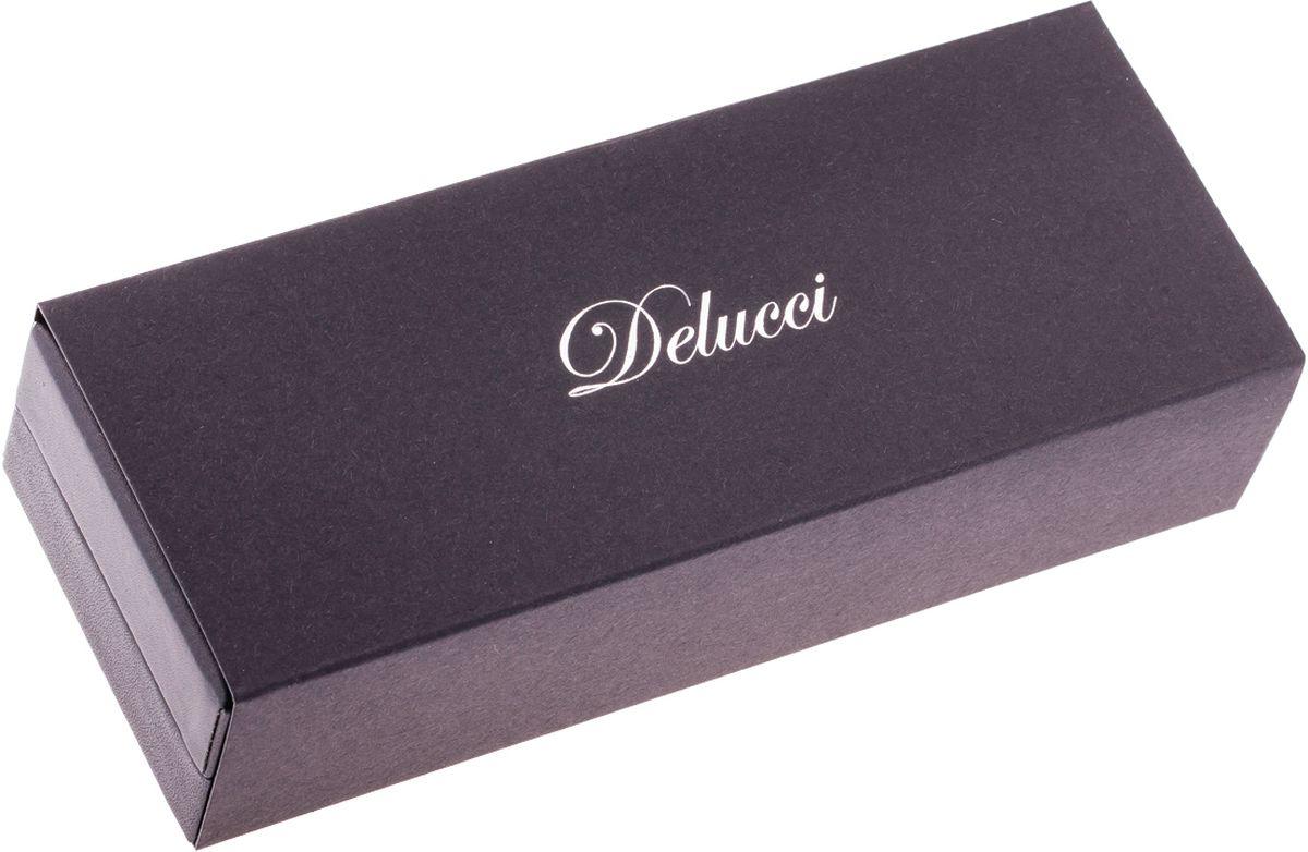 Набор из двух ручек Delucci в подарочной коробке: шариковая ручка, диаметр пишущего узла - 1,0 мм и ручка роллер, диаметр пишущего узла - 0,6 мм. Цвет корпуса вишнёво-золотистый. Орнамент в полоску. Изящная гравировка.
