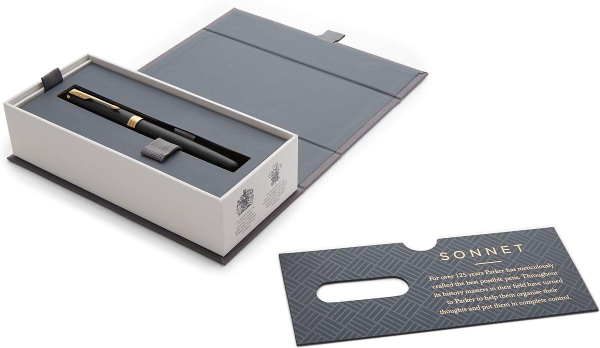 Sonnet - это ручка для людей, письмо для которых является любимым занятием. Линии стройного корпуса делают ее ценным приобретением. Это ручка для тех, кто способен оценить классическую уравновешенность и красоту. Для тех, кто испытывает наибольшее удовольствие от жизни в условиях комфорта, для людей, привыкших к роскоши. Серия Sonnet отличается тонкой гармонией, с которой в ней соединяются традиция и оригинальность.Перьевая ручка сочетает в себе черный и золотой - цвета аристократии и благородства. Зона захвата выполнена из пластика.