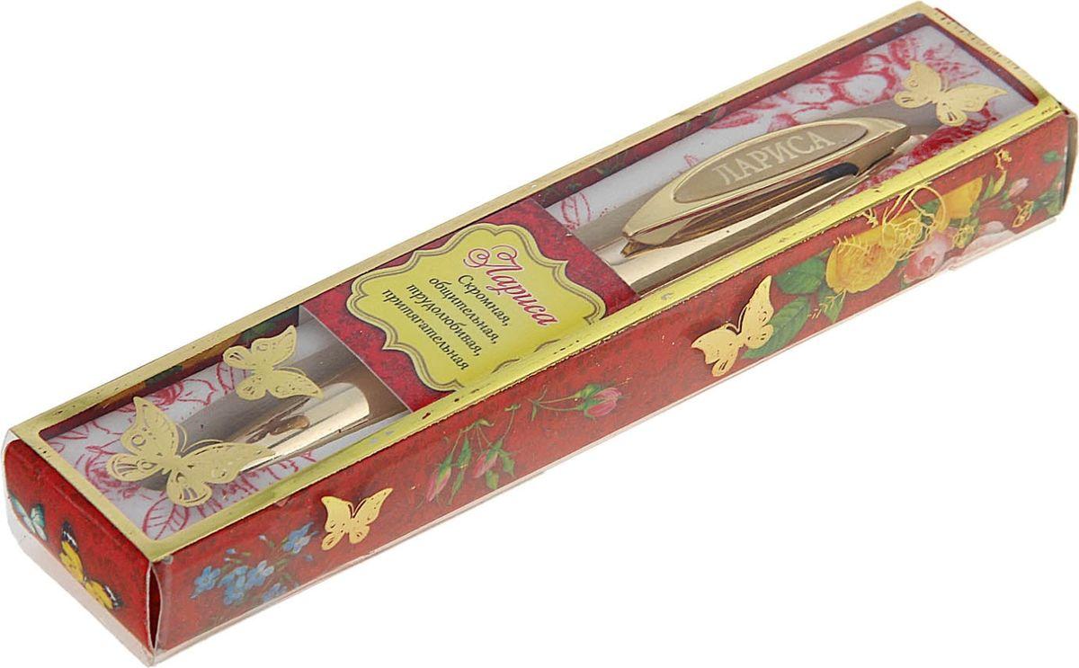 Ручка в коробке Лариса - это не только качественная и удобная письменная принадлежность, но и яркий оригинальный аксессуар для прекрасных и обворожительных дам. Такой подарок оценит каждая представительница прекрасного пола, ведь он будет предназначаться именно ей! Корпус ручки, выполненный в золотом цвете, выгодно подчеркнет любой образ. Благодаря поворотному механизму вы ни за что не оставите на одежде чернильное пятно и сможете всегда носить ее с собой!
