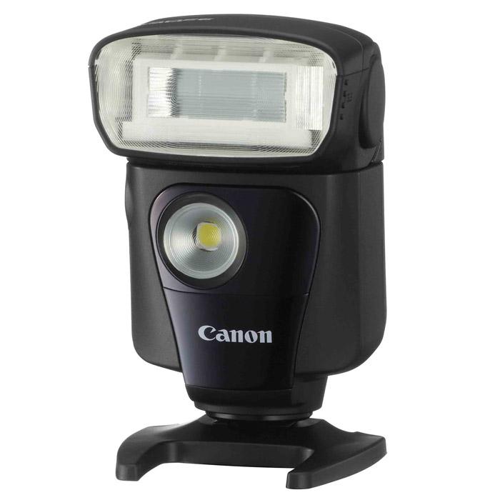 Canon Speedlite 320EX5246B003Оснащенная технологией беспроводного ведомого устройства, поворотной головкой с возможностью съемки в отраженном свете и постоянной светодиодной подсветкой для видеосъемки, Canon Speedlite 320EX открывает новые творческие возможности для фотографов, использующих EOS.Высокая мощность, компактный дизайнНе смотря на легкость и портативность, Speedlite 320EX обладает ведущим числом 32 (м, ISO 100) которое дает ей достаточную мощность для освещения больших участков пространства и отдаленных предметов.Головка с отраженной вспышкой с поворотным креплением и зумомГоловка вспышки Speedlite 320EX поднимается на 90 градусов, поворачивается влево и вправо, позволяя вспышке отражаться от потолка и стен, создавая более мягкое освещение без теней. Угол освечивания может быть изменен с помощью зума, чтобы соответствовать углу зрения объектива 24 мм или 50 мм.Встроенная светодиодная подсветка для видеосъемкиБлагодаря встроенной постоянной светодиодной подсветке, Speedlite 320EX полезна как для видеосъемки при низком освещении, так и для съемки фотографий во время видеосъемки.Удобна в качестве выносной вспышкиРазработанные Canon функции беспроводного ведомого устройства позволяют использовать Speedlite 320EX отдельно от камеры так же легко, как и когда она закреплена на горячем башмаке, открывая бесчисленные возможности для творческого освещения.Дистанционная съемкаВозможность легко и быстро экспериментировать с различным расположением источников света с помощью кнопки дистанционного спуска затвора, позволяющей спустить затвор на расстоянии до 5 метров в ходе установки освещения.Быстрая и бесшумная работаSpeedlite 320EX использует четыре элемента питания AA/LR6, что позволяет ей беззвучно перезаряжаться всего за 2,3 секунды после полной разрядки.