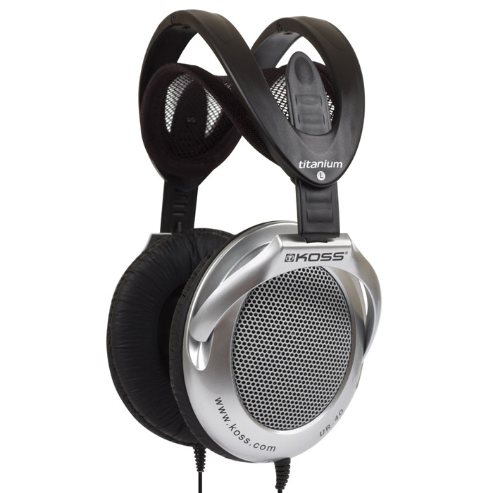 Koss UR4010101534Koss UR40 – универсальная модель с профессиональным звучанием, прекрасно подходящая для использования как с домашней аудио-техникой, так и с портативными плеерами. Эти полноразмерные наушники имеют удивительно легкий вес, складная конструкция делает их удобными для перевозки. Мягкая отделка амбушюр, полностью охватывающих уши, не только обеспечивает комфортное ношение, но и улучшает звучание – смягчает басы и улучшает резонансные характеристики. Koss UR40 – открытые наушники, это делает их звук чистым и прозрачным. При этом за счет конструкции амбушюр звукоизоляция от внешних шумов достаточно хорошая.