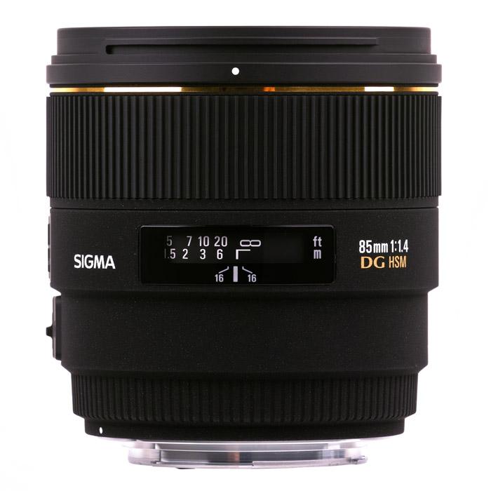 Sigma AF 85mm F1.4 EX DG HSM, CanonSi320954Sigma AF 85mm F1.4 EX DG HSM - отличный светосильный объектив, оптимальный для съемки портретов. Фокусное расстояние 85 мм обеспечивает естественную передачу перспективы, а большое относительное отверстие позволяет легко отделить объект на переднем плане от фона и вести съемку в условиях недостаточной освещенности.Коррекцию искажений обеспечивает применение в оптической схеме элемента из стекла с низкой дисперсией (SLD) и одного литого стеклянного элемента. Многослойное просветление снижает вероятность возникновения бликов даже при съемке против источников света. Объектив оснащен ультразвуковым приводом автоматической фокусировки.Используемые технологии:HSM - Ультразвуковой моторный привод объектива обеспечивает бесшумную и быструю фокусировкуEX - Маркировка EX на корпусе объектива означает, что он принадлежит к линейке сверхвысококачественной оптики SIGMA, сочетающей в себе надежность, удобство и непревзойденные оптические характеристикиDG - Объективы DG будут идеальным выбором для пользователей зеркальных цифровых фотокамер, однако эти объективы совместимы и с традиционными пленочными аппаратами