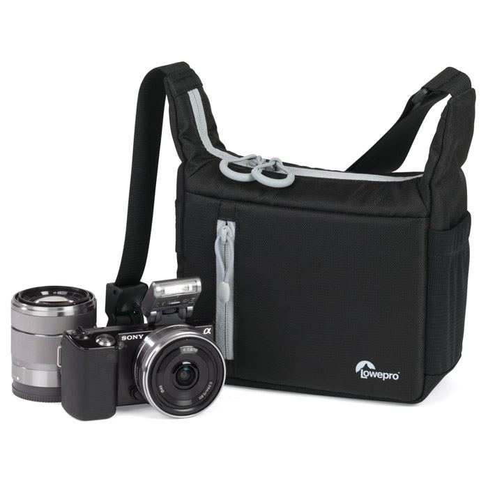 Lowepro StreamLine 100, BlackStreamLine 100 черныйСумка Lowepro StreamLine 100 создана специально для хранения и переноски компактных системных фотокамер. Легкая плечевая сумка надежно защитит не только камеру со сменными объективами (Sony NEX, Olympus PEN, Panasonic GF series и Samsung NX 100), но и уместит в себе несколько дополнительных объективов и аксессуары.Сумка имеет 2 внешних кармана на застежке-молнии и боковой карман-сетку для мелких аксессуаров, таких как телефон, крышка от объектива или документы. Петли SlipLock позволяют закрепить дополнительные совместимые чехлы для объективов. Длина плечевого ремня регулируется за счет специальной застежки, которая крепко фиксирует ремень.