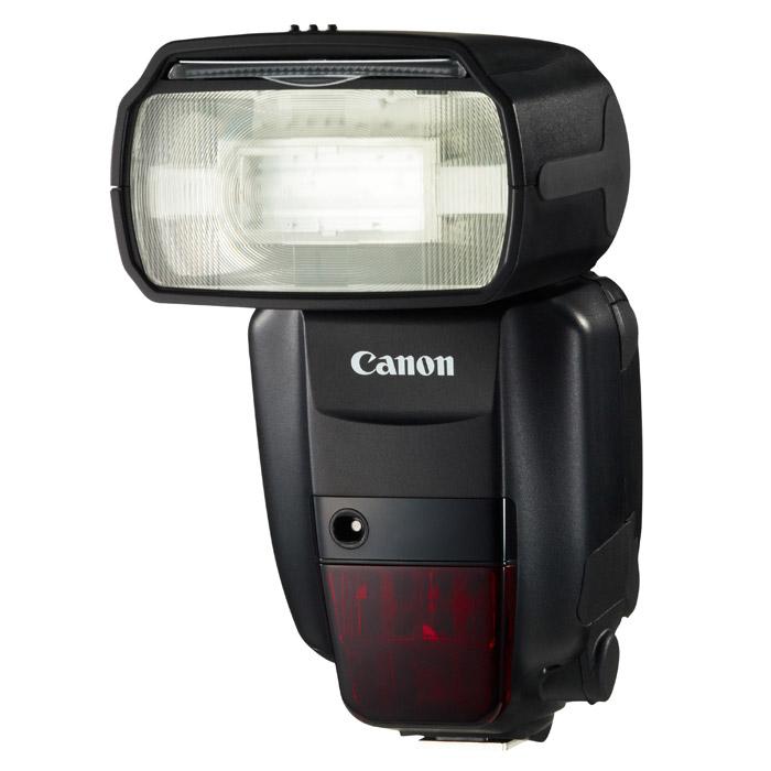 Canon Speedlite 600EX-RT5296B003Универсальная вспышка Canon Speedlite 600EX-RT со встроенной системой управления по радиоканалу, созданная для профессиональных фотографов.Радиоуправление на большом расстоянии:Speedlite 600EX-RT со встроенной системой управления по радиоканалу, обеспечивающей надежное срабатывание выносной вспышки на расстоянии до 30 м даже при наличии препятствий. Доступны 15 частотных каналов, нужно только выбрать канал с наилучшим приемом.Освещение несколькими вспышками:Используйте до 15 Speedlite 600EX-RT одновременно для съемки с несколькими вспышками - идеальный вариант для съемки больших объектов, интерьеров или портретов. Вспышки могут быть назначены в одну из трех групп (до пяти групп при использовании управления по радиоканалу), которыми можно управлять по отдельности или вместе.Экспозамер E-TTL II:При использовании Speedlite 600EX-RT на фотокамере или как выносной вспышки система экспозамера E-TTL II от Canon каждый раз обеспечивает точную экспозицию.Дистанционное управление камерой:Установите камеру EOS в любом месте и спускайте затвор с помощью Speedlite 600EX-RT, находясь на расстоянии до 30 м. Просто установите на камеру Speedlite ST-E3-RT с управлением по радиоканалу или вторую вспышку Speedlite 600EX-RT и наслаждайтесь удобной сменой ракурсов. При синхронизированной съёмке возможен одновременный спуск затвора до 15 камер.Творческие режимы вспышки:Высокоскоростная синхронизация позволяет Speedlite 600EX-RT работать в широком диапазоне выдержек - идеально подходит для заполняющей вспышки при ярком солнечном свете. Попробуйте синхронизацию по второй шторке или стробоскопическую вспышку для создания особых эффектов освещения.Быстрая и мощная:Ведущее число 60 (ISO 100, м) позволяет Speedlite 600EX-RT освещать значительную площадь, даже при отражении вспышки от стен и потолка. Четыре аккумулятора AA/LR6 обеспечивают бесшумную перезарядку в течение всего 0,1 сек.Съёмка в отраженном свете, поворотная головка и изменяемый угол освечивания:Нап