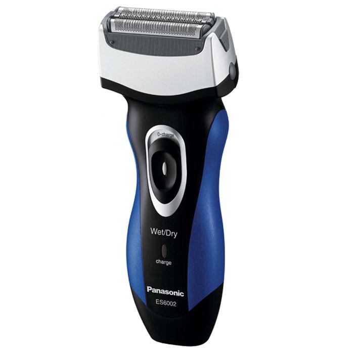 Panasonic ES 6002A 520ES6002A520Эксклюзивная электробритва Panasonic ES-6002A520. Лезвия бритвы из сверхпрочной японской стали, использующейся в производстве самурайских мечей, обеспечивают идеально чистое бритье.Использование пены помогает бритве легче скользить по коже, обеспечивая удивительно ощущение комфорта. Пена также способствует вытягиванию волосков, что позволяет сбривать их максимально близко к корням. Помимо чистоты и удобства влажное бритьё дарит ещё и несравненную свободу действий - теперь бриться можно, даже принимая душ.Бритва разработана так, чтобы максимально комфортно располагаться в руке, как того требует эргономика. Обеспечен и комфорт собственно бритья: благодаря наклону головки бритву удобно прижимать к коже, переключатели легко доступны, вставки из эластомера исключают выскальзывание и т. д. И какую бы половину лица Вы ни брили - подручную или противоположную, - волоски безотказно улавливаются без значительных движений плеча и руки.