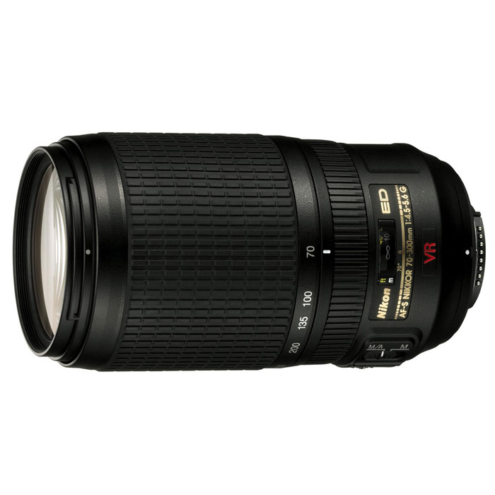 Nikon AF-S Zoom-Nikkor 70-300mm f/4.5-5.6G IF-ED VRJAA795DAОбъектив Nikon AF-S Zoom-Nikkor 70-300mm f/4.5-5.6G IF-ED VR— это высококачественный супертелеобъектив, который соответствует требованиям фотографов, использующих и цифровые, и зеркальные фотокамеры формата 35 мм.Объектив предлагает 4,3-кратный зум с диапазоном фокусных расстояний 70–300 мм (105–450 мм для цифровых зеркальных фотокамер Nikon формата DX). Он оборудован элементами из стекла ED (стекло со сверхнизкой дисперсией), обеспечивающими превосходное качество. Объектив также оборудован системой подавления вибраций Nikon второго поколения (VR II), которая позволяет производить съемку с рук, стабилизируя изображения точно также, как использование выдержки на 4 ступени короче по сравнению с обычным объективом (на основании тестирования производительности, проведенного компанией Nikon). Бесшумный ультразвуковой мотор (SWM) и система внутренней фокусировки (IF) обеспечивают быструю и тихую фокусировку, а диафрагма с девятью скругленными лепестками придает объектам, не попадающие в зону резкости, размытость, которая создает естественный, гармоничный фон.