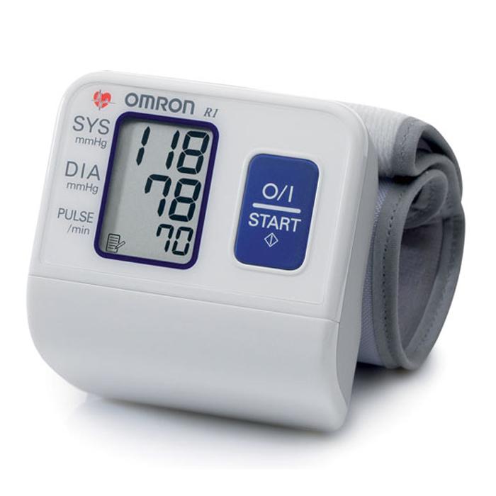 Omron R1 тонометр000 000 00162Измеритель артериального давления и частоты пульса автоматический на запястье OMRON, модель R1.Это замечательный, компактный и простой в использовании прибор, идеально подходит для тех, кто часто контролирует свое артериальное давление. Небольшая, заранее приданной формы манжета легко и удобно накладывается на запястье. Тонометр OMRON R1 работает на основе осциллометрического метода. Он легко и быстро измеряет артериальное давление и частоту пульса. Прибор использует усовершенствованную технологию «IntelliSense», которая обеспечивает комфортное для пациента управляемое нагнетание воздуха в манжету без предварительной установки требуемого уровня давления воздуха или его повторной накачки. Прибор также сохраняет последнее измерение в памяти.
