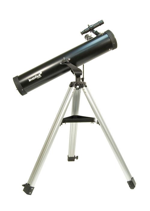 """Levenhuk Skyline 76x700 AZ телескоп27644Levenhuk Skyline 76х700 AZ – это зеркальный телескоп, выполненный по одной из самых ранних и самых популярных оптических схем – рефлектора Ньютона. Это хороший вариант первого инструмента для начинающего любителя астрономии, приступающего к самостоятельным наблюдениям, поскольку он сочетает в себе хорошее качество изображения, простоту в обращении и привлекательную цену. Зеркальная оптическая схема не имеет искажений цветопередачи – хроматической аберрации, в той или иной степени присущей всем недорогим линзовым телескопам и особенно заметной на границах ярких объектов. В комплекте идет все необходимое, чтобы начать наблюдения. 76-мм зеркало телескопа собирает в 100 раз больше света, чем невооруженный глаз, и способно показать множество объектов в Солнечной системе и за ее пределами: горы и кратеры на Луне, фазы Венеры, диск Юпитера и его 4 спутника, кольца Сатурна и Титан, двойные звезды и звездные скопления, а также яркие туманности и галактики. Зеркала телескопа имеют защитное покрытие, которое обеспечит многолетнюю работу инструмента. Прочная и легкая алюминиевая труба установлена на альтазимутальную монтировку с интуитивно понятным ручным управлением. Тренога регулируется по высоте и имеет удобную полочку для принадлежностей, а оптический искатель с 6-кратным увеличением позволит быстро навести телескоп на нужный участок неба. С телескопом поставляются 2 окуляра, имеющие поле зрения 52 градуса и фокусные расстояния 10 мм и 25 мм и дающие с телескопом увеличение 70 и 28 крат. Линзы окуляров изготовлены из стекла и имеют многослойное просветление. Реечный фокусировочный узел имеет посадочный диаметр под окуляры стандарта 1,25"""" (31,75 мм) и позволяет использовать с телескопом множество других имеющихся на рынке окуляров, помимо входящих в комплект, чтобы получать другие увеличения, вплоть до максимально полезного 150 крат. Серия телескопов Skyline создавалась для тех, кто хочет получить несложный в эксплуатации, транспортабе"""