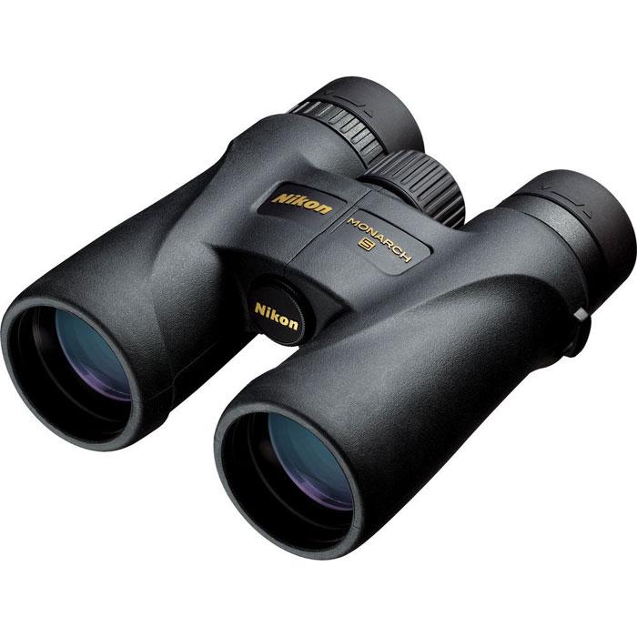 Nikon Monarch 5 10x42 бинокльMonarch 5 10x42Бинокли Nikon Monarch известны всему миру благодаря конструктивному дизайну,качеству работы, неизменному при любых погодных условиях, и яркому насыщенному и контрастному изображению даже при низком уровне освещения. Сочетание передовых технологий и многолетнего опыта работы в области разработки и создания оптических наблюдательных приборов привело к выходу на мировой рынок новой линейки биноклей Nikon Monarch 5. Отличительные черты моделей данной серии - это меньший вес (по сравнению с биноклями серии Nikon Monarch и Nikon Monarch 3) и применение линз из ED стекла (для получения высококонтрастного изображения). Основное назначение бинокля Nikon Monarch 5 10x42Вы можете использовать бинокль Nikon Monarch 5 10x42 во время наблюдений за животными и птицами, для поиска объектов во время охоты или морского путешествия. Также данную модель можно использовать как дополнение к телескопу при проведении астрономических наблюдений за объектами большой протяжённости. Основные характеристики бинокля Nikon Monarch 5 10x42Увеличение 10x, большой вынос выходного зрачка (18,4 мм), дистанция фокусировки - от 2,5 м, небольшой вес (600 г) Линзы из экологически чистого ED стеклаПризмы с фазокорректирующим и диэлектрическим многослойным отражающим покрытиями, многослойное просветляющее покрытие линз и призмЦентральная фокусировка, регулировка межзрачкового расстояния, поворотно-выдвижные наглазникиВлагозащищённый (погружение на глубину до 1 м, на 10 мин), газонаполнение - азотУстановка на штатив с помощью адаптера (приобретается дополнительно) Комплектуется мягким шейным ремнём и откидывающимися крышками объективаКонструктивные особенности бинокля Nikon Monarch 5 10x42Во всех моделях серии Nikon Monarch 5 применяются линзы из ED стекла со сверхнизкой дисперсией, которые уменьшаютхроматические аберрации и обеспечивают, таким образом, превосходный контраст и разрешение видимого изображения. Обновлённый дизайн, компактные размеры и меньший вес (по