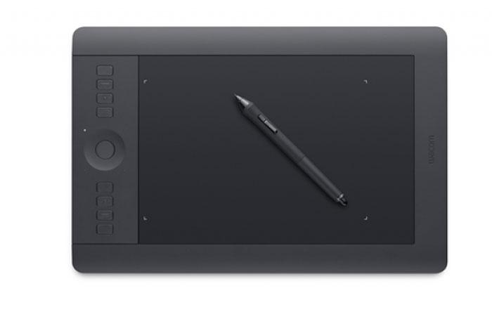 Wacom Intuos Pro S графический планшетPTH-451-RUPLIntuos Pro S — компактность и мощь. Благодаря своей компактности этот планшет позволит Вам использовать всю свою мощь за небольшим рабочим столом, а завершив работу — «упаковать» ее в сумку для ноутбука. Intuos Pro - идеальный инструмент для творческих профессионалов, таких как фотографы, дизайнеры и цифровые художники. Кроме того, он предлагает энтузиастам возможности для работы, которые позволят достичь профессиональных результатов. Wacom Grip Pen с 2048 уровнями чувствительности пера к нажиму, распознаванием нажатия в 1 грамм и чувствительности к углу наклона позволяет художникам создавать свои работы с точностью и четкостью обычных, традиционных кисточек и ручек. А благодаря улучшенным жестам мульти-тач можно располагать файлы и управлять работой с ними на интуитивном уровне. Настраиваемые по желанию пользователя клавиши ExpressKeys и кольцо Touch Ring помогают ускорить работу и увеличить продуктивность. Благодаря им пользователи могут уменьшить зависимость от горячих клавиш на клавиатуре и расположить самые нужные из них фактически на кончиках пальцев. Чтобы не мешать творческому процессу, Express View, функция дисплея Heads-Up-Display (HUD), показывает настройки прямо на экране и скрывается через несколько секунд. Кроме того, персонализированное многоуровневое круговое меню (Radial Menu) позволяет пользователям получить быстрый доступ к необходимым функциям.Благодаря эргономичному дизайну, разработанному как для правой, так и для левой рук, творческие профессионалы могут с удобством работать в течение многих часов. А модуль для беспроводного подключения, поставляемый теперь в комплекте с планшетом, позволяет не быть привязанным к рабочему месту и работать на расстоянии вплоть до 10 метров от вашего компьютера.