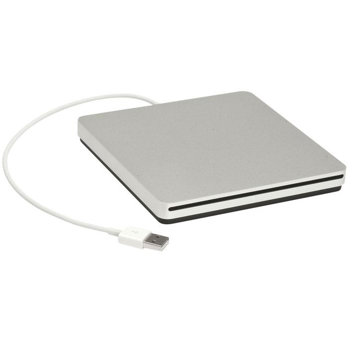 Apple USB SuperDrive (MD564ZM) оптический дисководMD564ZMТонкий и компактный дисковод USB SuperDrive.Оптический дисковод — то, что Вам нужно:И дома, и на работе, и в дороге вы можете воспроизводить и записывать CD и DVD через дисковод Apple USB SuperDrive. Он идеально подходит для просмотра фильмов, установки приложений, создания резервных копий и многого другого.Берите его с собой повсюду:Дисковод Apple USB SuperDrive чуть больше одного CD в упаковке, поэтому он легко поместится в дорожную сумку и не займёт много места на рабочем столе.Всё гениальное просто:С дисководом Apple USB SuperDrive Вам больше не нужно беспокоиться о кабелях. Он подключается к MacBook Pro с дисплеем Retina, MacBook Air, iMac или Mac mini через один кабель USB, встроенный в дисковод. Никаких отдельных адаптеров не требуется. Дисковод работает независимо от того, подключён ли Mac к сети или работает от аккумулятора.