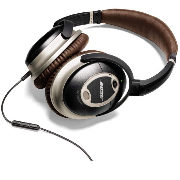 Bose QuietComfort 15, BrownQC15 BrownНаушники Bose QuietComfort 15 Acoustic Noise Cancelling обеспечивают ощущение комфорта в течение длительного использования. Наушники QC15 включают собственные запатентованные технологии обработки сигнала и звуковоспроизведения для получения высококачественного звука, характеризующегося наличием насыщенной низкочастотной составляющей при небольших и легких чашках наушников. Вы сможете наслаждаться идеально сбалансированным и детальным звучанием, очищенным с помощью передовой технологии шумоподавления.Значительно улучшенная технология шумоподавления обрабатывает более широкий частотный диапазон. Фирменные инновации от Bose позволяют использовать два микрофона, расположенных на внешней и внутренней сторонах каждой из чашек для того, чтобы улавливать и обрабатывать более широкий звуковой спектр вокруг Вас.Запатентованная обновленная конструкция использует новый материал, что позволяет установить акустический фильтр, способный значительно снизить уровень шума и одновременно обеспечить комфорт.Акустическая конструкция наушников TriPort другая уникальная технология от Bose, характеризуется наличием крошечных воздушных клапанов в корпусе чашек наушников, что обеспечивает тонально сбалансирование с насыщенной низкочастотной составляющей качество звучания, воспроизводимое компактными и легкими наушниками.Активная эквализация автоматически производит настройку частотных характеристик, обеспечивая выдающееся качество звучания.Однопроводной аудио кабель соединяет наушники с источником звука, что гораздо удобнее и проще, чем стандартное использование кабеля, состоящего из двух проводов.Вращающиеся чашки наушников поворачиваются на 90 градусов для расположения их в одной плоскости, что обеспечивает удобные хранение и транспортировку данных головных телефонов в предлагающемся футляре.