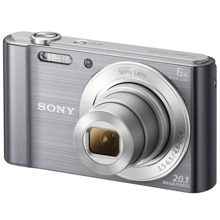 Sony Cyber-shot DSC-W810, Silver цифровой фотоаппаратDSCW810S.RU3Компактная камера Sony Cyber-shot DSC-W810 с 6-кратным оптическим зумом.Камера W810 оснащена множеством функций для удобства съемки четких фотографий и видеороликов в разрешении HD. Делайте четкие снимки крупным планом с помощью 6-кратного оптического зума. В режиме вечеринки вы сможете с удобством делать прекрасные фотографии во время вечеринок. Без труда делайте красивые снимки в любых условиях. Матрица 20,1 Мпикс с высоким разрешением и встроенный автофокус обеспечивают четкие, детализированные кадры даже при быстром движении. Если объект съемки находится далеко, станьте к нему ближе с помощью 6-кратного оптического зума, который позволяет запечатлеть четкие снимки.Режим вечеринки отлично подходит для съемки на ночной вечеринке. Он сочетает улучшенную вспышку с оптимизированными настройками ISO, экспозиции и яркости цвета для ярких и четких снимков с вечеринки, длящейся всю ночь напролет. Кнопка Movie позволяет снимать видео в формате 720p HD и мгновенно воспроизводить его, давая возможность заново пережить эти моменты с друзьями. Встроенная стабилизация изображения SteadyShot компенсирует размытость из-за дрожания камеры и позволяет получить четкие изображения даже при зумировании. Благодаря режиму Sweep Panorama 360° изображение становится больше. Камера автоматически сшивает серию кадров на высокой скорости и создает панорамные снимки всей сцены целиком.