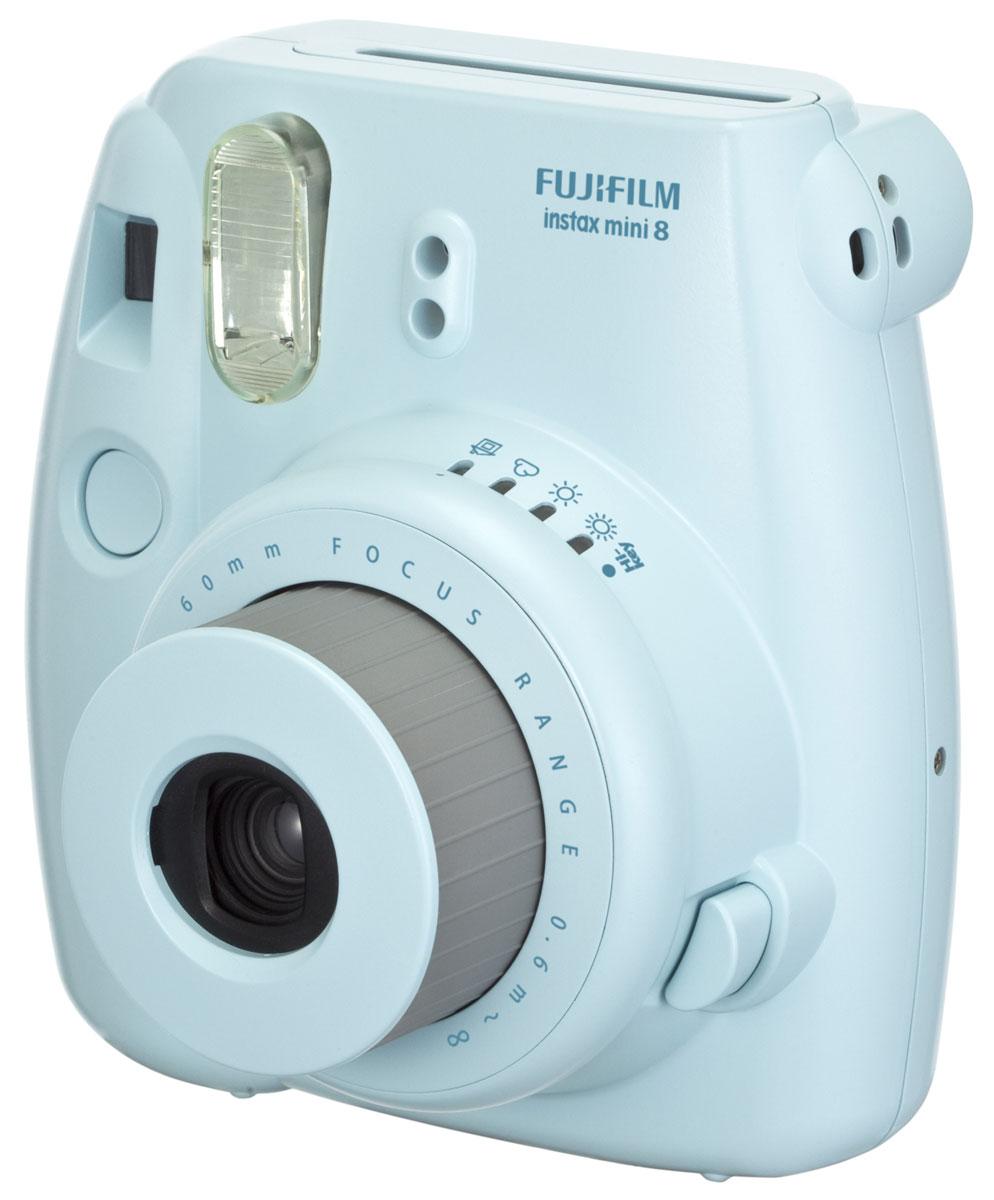 Fujifilm Instax Mini 8, Blue фотоаппарат16273178Камера с технологией моментальной печати Fujifilm INSTAX Mini 8 позволяет печатать фотографии размера визитной карточки сразу после съемки.Обладая теми же конструктивными и эксплуатационными характеристиками, что и INSTAX mini 7S, INSTAX mini 8 примерно на 10% меньше mini 7S по объему корпуса. Процесс кадрирования стал проще благодаря видоискателю, который передает четкую картинку в реальном времени (даже при съемке под углом) и отличается более наглядной центральной меткой. К функциям съемки добавлен режим High-key - повышение диафрагмы на 2/3 ступени. Чтобы сделать фотографию с яркими и мягкими цветами, которые так полюбились девушкам, достаточно прокрутить диск в режим High-key.С момента своего выхода в свет в 1998 году камера INSTAX mini стала очень популярной благодаря простому управлению, остроумному дизайну и удивительному качеству снимков. Судя по тому, насколько распространен в наше время обмен цифровыми фотографиями, способов делиться любимыми снимками со временем определенно будет становиться больше. На волне этого тренда люди вновь оценили всю прелесть фотоаппаратов с технологией моментальной печати, ведь они позволяют тут же отдать готовую фотографию, например, другу. Камеры Instax можно использовать в самых различных ситуациях: на свадьбах и на вечеринках, для обычной съемки и для автопортретов. Причина популярности INSTAX среди девочек-подростков и женщин до 20 лет, для которых пленочные фотографии уже в диковинку, - это яркие и мягкие цвета полученных снимков.Камеры INSTAX mini 8 представлены в пяти цветовых вариантах - самое большое количество цветов в серии INSTAX. Покупатели могут выбрать не только стандартный белый или черный цвет, но и популярные среди женщин пастельные тона розового, голубого и желтого цвета.Используемая фотопленка: Fujifilm Instax MiniРазмер фотопленки: 86 мм х 54 ммРазмер снимка: 62 мм х 46 ммДиапазон фокусировки: от 0.6 м до бесконечностиУправление экспозицией: система ручного 