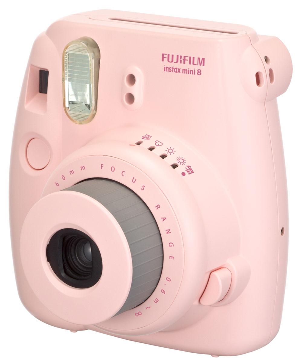 Fujifilm Instax Mini 8, Pink фотоаппарат16273166Камера с технологией моментальной печати Fujifilm INSTAX Mini 8 позволяет печатать фотографии размера визитной карточки сразу после съемки.Обладая теми же конструктивными и эксплуатационными характеристиками, что и INSTAX mini 7S, INSTAX mini 8 примерно на 10% меньше mini 7S по объему корпуса. Процесс кадрирования стал проще благодаря видоискателю, который передает четкую картинку в реальном времени (даже при съемке под углом) и отличается более наглядной центральной меткой. К функциям съемки добавлен режим High-key - повышение диафрагмы на 2/3 ступени. Чтобы сделать фотографию с яркими и мягкими цветами, которые так полюбились девушкам, достаточно прокрутить диск в режим High-key.С момента своего выхода в свет в 1998 году камера INSTAX mini стала очень популярной благодаря простому управлению, остроумному дизайну и удивительному качеству снимков. Судя по тому, насколько распространен в наше время обмен цифровыми фотографиями, способов делиться любимыми снимками со временем определенно будет становиться больше. На волне этого тренда люди вновь оценили всю прелесть фотоаппаратов с технологией моментальной печати, ведь они позволяют тут же отдать готовую фотографию, например, другу. Камеры Instax можно использовать в самых различных ситуациях: на свадьбах и на вечеринках, для обычной съемки и для автопортретов. Причина популярности INSTAX среди девочек-подростков и женщин до 20 лет, для которых пленочные фотографии уже в диковинку, - это яркие и мягкие цвета полученных снимков.Камеры INSTAX mini 8 представлены в пяти цветовых вариантах - самое большое количество цветов в серии INSTAX. Покупатели могут выбрать не только стандартный белый или черный цвет, но и популярные среди женщин пастельные тона розового, голубого и желтого цвета.Используемая фотопленка: Fujifilm Instax MiniРазмер фотопленки: 86 мм х 54 ммРазмер снимка: 62 мм х 46 ммДиапазон фокусировки: от 0.6 м до бесконечностиУправление экспозицией: система ручного 