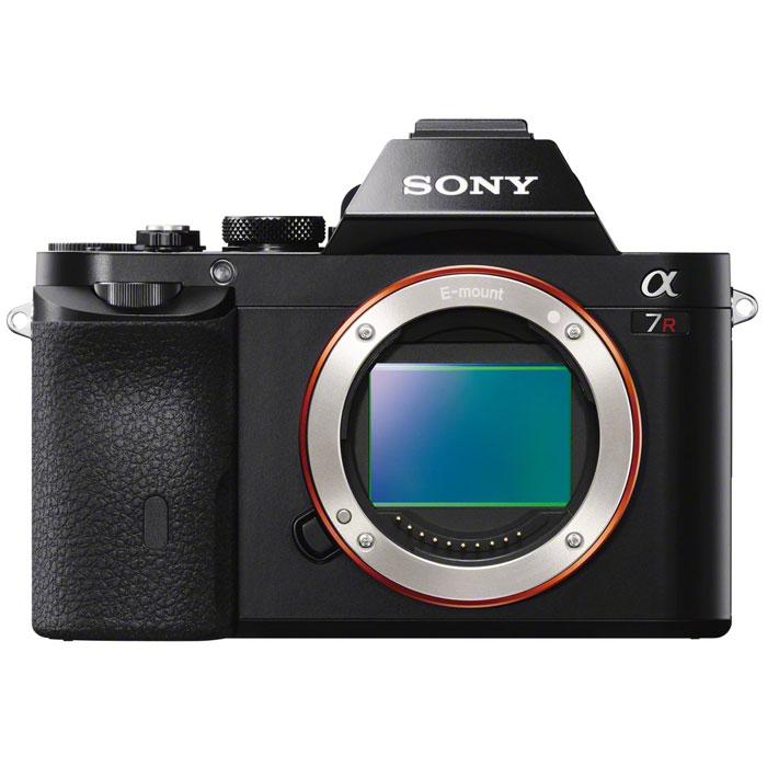 Sony Alpha A7R Body, BlackILCE7RB.RU2Самая маленькая в мире 35-мм полнокадровая камера со сменными объективами Sony Alpha 7R с байонетом Е.35-мм полнокадровая матрица 36,4 Мпикс:Компания Sony, один из ведущих производителей матриц, объединила свои передовые технологии, чтобы добиться самых высоких показателей разрешения и качества изображения в истории. Эта революционная 35-мм полнокадровая матрица Exmor CMOS фиксирует свет с рекордной эффективностью для обеспечения высокой чувствительности, широкого динамического диапазона и непревзойденного уровня реализма при значительном снижении уровня шума.Процессор BIONZ X:Sony с гордостью представляет процессор изображений BIONZ X, который благодаря дополнительным возможностям высокоскоростной обработки данных тщательно воспроизводит текстуры и мелкие детали в режиме реального времени так же, как Вы их видите невооруженным глазом. В сочетании с большой интегральной схемой внешнего доступа, которая ускоряет обработку на самых ранних этапах, он обеспечивает более естественное представление деталей, более реалистичную передачу изображений, точные градации оттенков и снижение уровня шума, как при съемке фотографий, так и при записи видео.Беззазорные встроенные объективы:Специалисты компании Sony оптимизировали дизайн и расположение всех встроенных объективов (OCL) с учетом каждого пикселя, чтобы значительно увеличить эффективность светосилы. Это позволяет повысить чувствительность при сохранении низкого уровня шума и достижении впечатляющего соотношения уровней сигнала и шума. Дизайн беззазорного встроенного объектива устраняет разрывы между микролинзами для захвата большего количества света. Более того, благодаря увеличенной матрице и короткому рабочему отрезку байонета E каждый встроенный объектив оптимально настраивается в зависимости от своего расположения, чтобы обеспечить более острый угол падения света по краям кадра.Воспроизведение деталей и снижение дифракции:Две новые технологии позволяют полностью реализовать преимуще