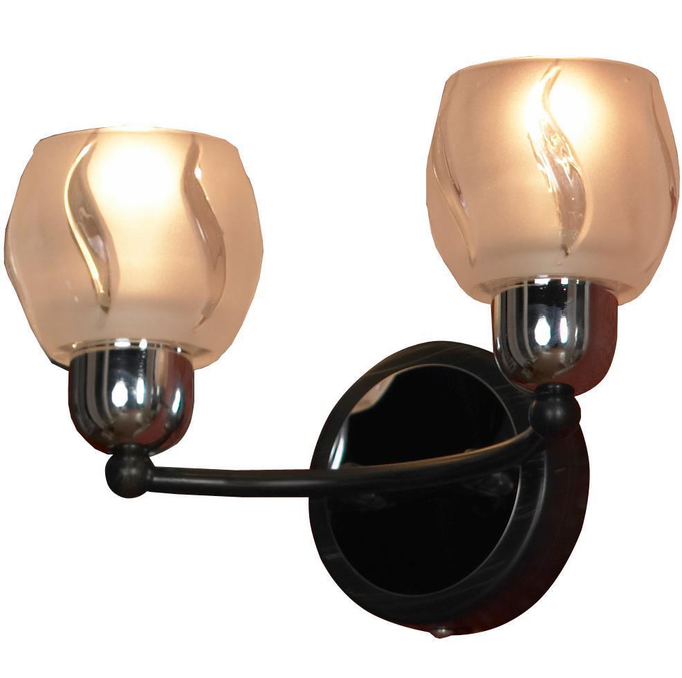 Бра Lussole Vieste LSL-8501 02LSL-8501-02Настенный светильник Vieste LSL-8501-02 итальянского производителя Lussole выполнен в современном стиле, а потому отлично украсит практически любые интерьеры. Круглое основание из металла цвета хрома и венге удерживает одну штангу, по краям которой установлено два цоколя.Овальные плафоны из белого толстого стекла выглядят торжественно и шикарно. Рельеф на стекле особенно заметен, когда светильник включен в сеть. Вы можете подключить к светильнику Vieste LSL-8501-02 диммер, что позволит регулировать интенсивность освещения.